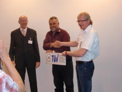 Herr Wrütz bekommt ein Zertifikat überreicht.