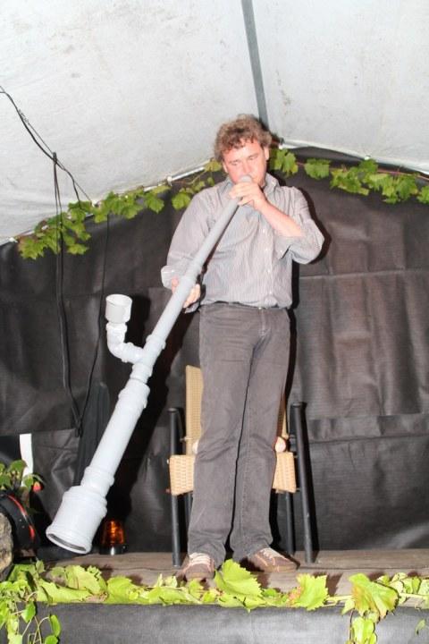 Norbert Jäger,Bildhauer und Didgedoo Spieler spielt auf Abflußrohren